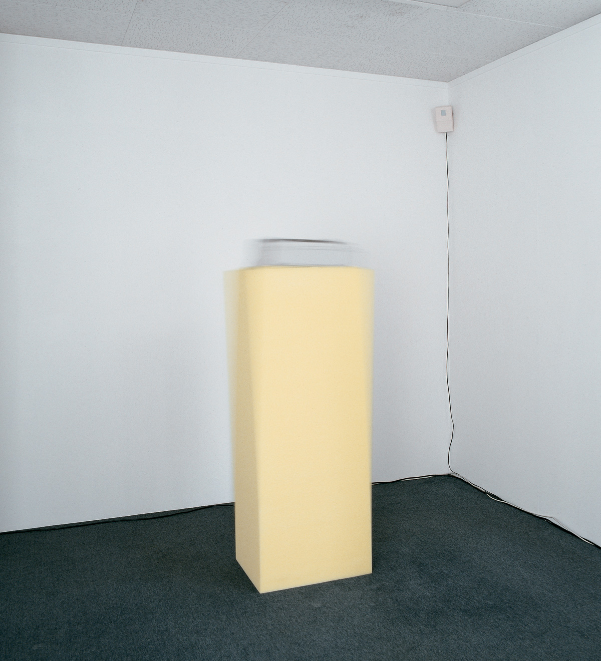 Hard on soft, 1993 – ordinateur, imprimante à aiguilles, socle en mousse computer, dot matrix printer, foam base – 145 x 50 x 40 cm.