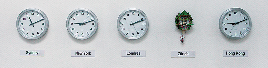 Time Zhone, 2002 – horloges murales, coucou suisse / wall clocks, Swiss cuckoo clock – dimensions variables