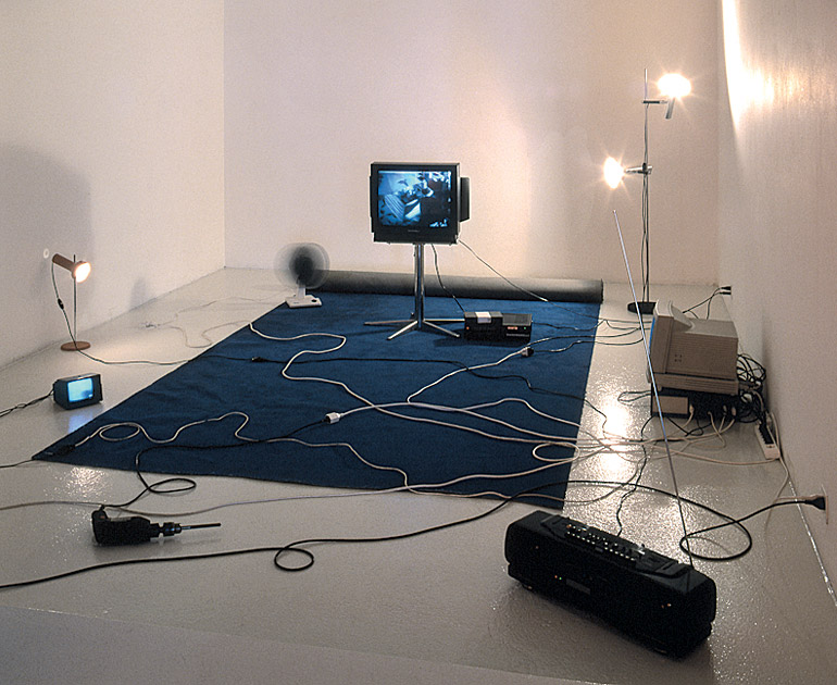 For machines, 1996-97 – dispositif informatique, appareils électriques, bande vidéo computer device, electrical objects, video tape – dimensions variables